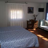 Habitaciones Casa Rural El Sauce, hotel in Nohales