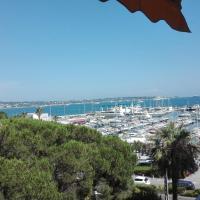 Grand studio climatisé en bord de mer avec parking sécurisé、ゴルフ・ジュアンのホテル