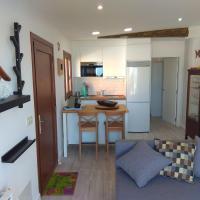A Guaira, fantástico apartamento al borde del mar, hotel in Oia