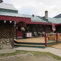 Summit River Lodge & Campsites, hotel in Valemount