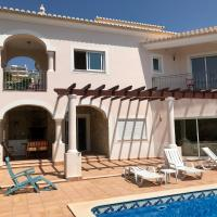 Lovely Burgau villa just 3 mins walk from beach, hotel en Budens