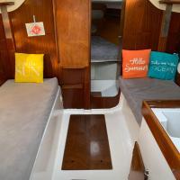 A bord d'un voilier de 9m à quai dans port Porquerolles, hotel in Porquerolles