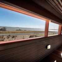 Coorong Aurora - breathtaking waterfront escape, hotel in Meningie