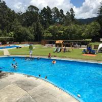 Sapphire Springs Holiday Park and Thermal Pools, hotel in Katikati