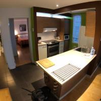 stunning 2 bedrooms corner condos unit