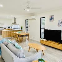 DAYDREAMING Airlie Beach, Water views & only 200m to boardwalk., hotel in Cannonvale