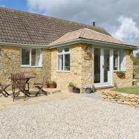 Cherry Cottage - UKC3990, hotel in South Perrott