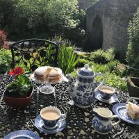 Bridge Cottage, Bainbridge, with riverside garden!