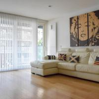 Modern 2 Bedroom Apartment with Balcony On The Canal