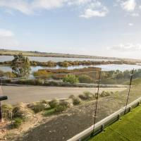 'Serenity' and sweeping Murray River views, hotel in Tailem Bend