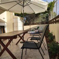 Lovely courtyard - Serenity, hotel in Gournes