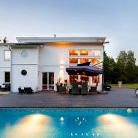 Exclusive villa with pool near Sthlm city and lake