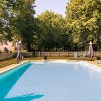 Heritage Castle in Chaleix with shared pool, hotel in Chalais