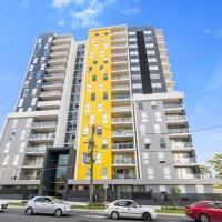 Luxury apartment with views - Private room in shared condo, hotel em Warwick Farm
