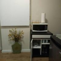 Beautiful furnished basement suite in Airdrie, hotel em Airdrie