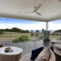 Caves Luxury Beachside Escape - literally across the road from Surf Club, hotel in Caves Beach