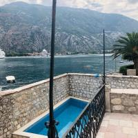 Large Luxury Waterfront Villa with Private Pool for 10 People, hotel Kotorban
