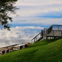 Sunny Point Resort Ltd., hotel em Otter Lake