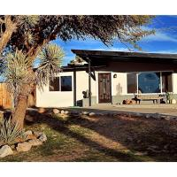 Desert Serenity in Yucca/Joshua Tree w/AC & Fire pit, hotel in Yucca Valley