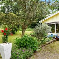 Two-Bedroom Holiday home in Lysekil 5, hotell i Brastad
