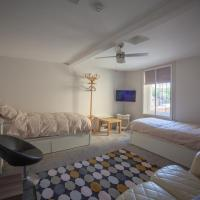 Room 1, One Eyed Jacks, By RentMyHouse, hotel in Gloucester