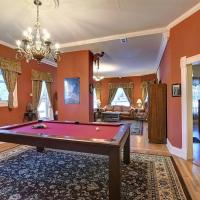 Governor's Mansion - downtown beautiful space, pool table, pets welcome!, hotel in Leadville