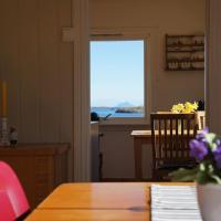 Vacation home right by the sea in Norwegian archipelago district Helgeland., hotell i Store Vandve