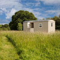 Romantic secluded Shepherd Hut Hares Rest, hotel in Southwick
