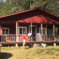 Cozy Cottage in the Woods, near Dyreparken in Kristiansand, Lake Lolandsvannet, hotel in Øvrebø