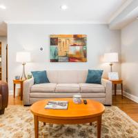 Sunny 1-bedroom walk up - Oak Park (Free Parking), hotel in Oak Park