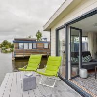 Bright and Comfortable Houseboat, отель в Алсмере