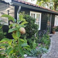 Cottage in secluded garden near centre Rotterdam, отель рядом с аэропортом Аэропорт Роттердам-Гаага - RTM в Роттердаме
