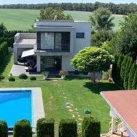 Villa Amelie con piscina, hotel en Dolné Lovčice