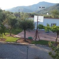 STUDIO WITH TENIS COURT AND MINI BASKET, hotel in Aigio