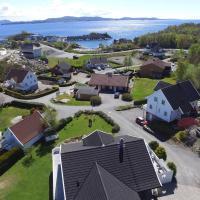 Nice house 2 min from the coast-sea, hotell i Mosterhamn
