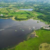 Share Discovery Village, hotel in Lisnaskea