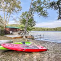 Family Oriented Cottage, hotel in Brant Lake