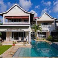 Villa Constantine, self-catering luxury beach house, hotel in Eden Island