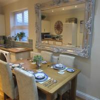 Exquisite two king bedroom with en suites - close to the town centre, rail, airport and theatre