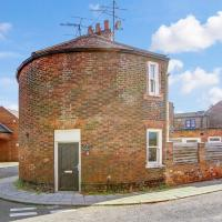 The Little Round House, entire house in town centre, sleeps 4