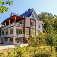 Коттедж для отпуска с 6 спальнями, отель в городе Aderbiyevka