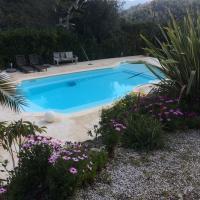 Haut de villa avec piscine et jardin privatif, hotel in Falicon