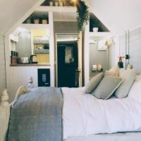 Honeysuckle Lodge - Luxury Shepherds Hut (style)