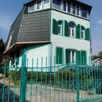 Гостевой дом номер стандарт две двуспальные кровати и одна односпальная, отель в городе Yel'digino