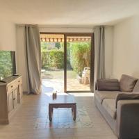 A 2 pas des plages, T3 avec grand jardin - Parking privé, hotel in Saint-Cyr-sur-Mer