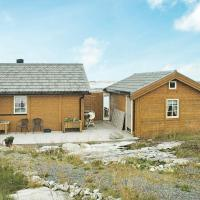 Three-Bedroom Holiday home in Dyrvik, hotell i Tuvnes