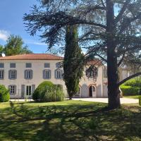 Chez Celine et Philippe Chambre atelier dans propriété de charme avec piscine, hotel in Le Fossat