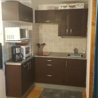 Appartement T2 avec son rez de jardin de 40 m2 5 couchages 250m de la plage et 15km de l'Arena, hotel in Narbonne-Plage