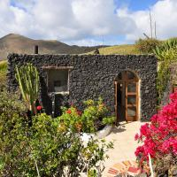 La Bodega - House on volcano with a piano, hotel a Haría
