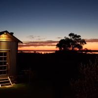 Live Big in The Gurdies Tiny House with a View, hotel em Grantville